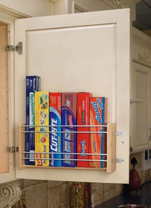 Дополнительные полочки можно разместить на внутренней стороне дверцы кухонного гарнитура.