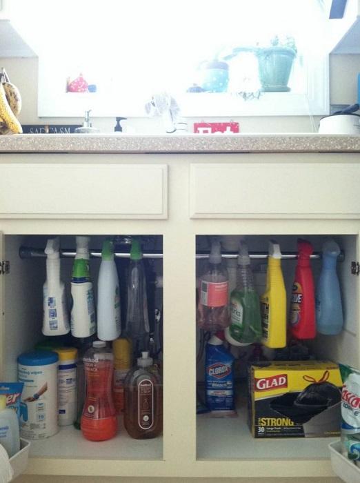 Металлическая труба идеально подходит для организации хранения моющих средств.