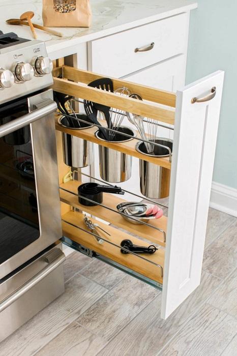 Выдвижные системы хранения помогут сэкономить полезную площадь в любой малогабаритной кухне.