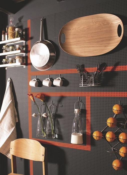 Перфорированная деревянная панель на стене поможет создать идеальную систему хранения для кухонных принадлежностей.