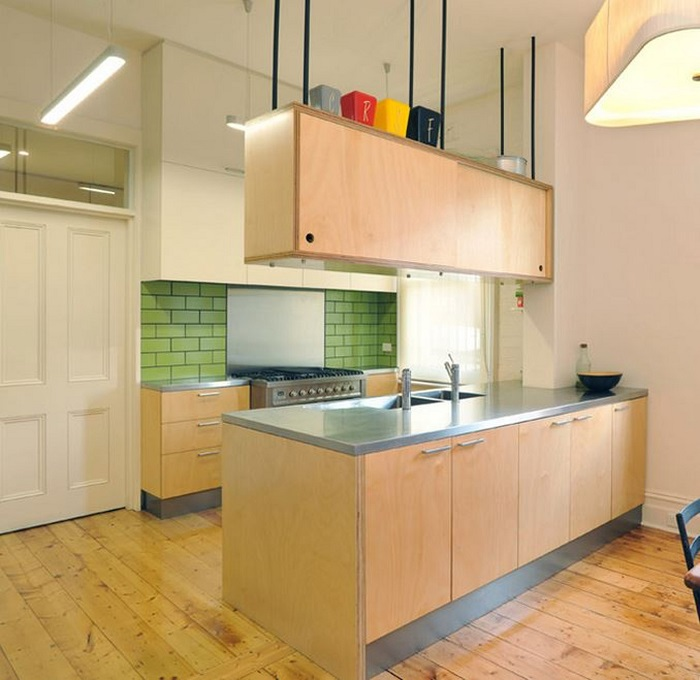 Классический подвесной деревянный шкаф в кухне над островом.