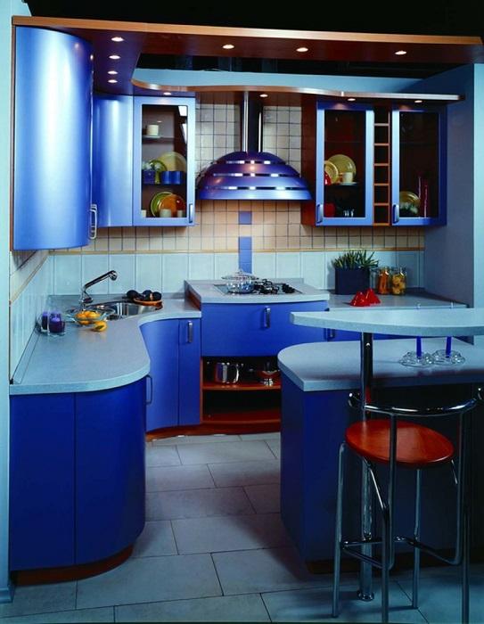 Современная кухня в стиле хай тек - это строгий дизайн, закруглённые формы и гладкие поверхности.