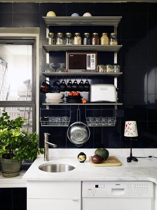 Настенные металлически полки, которые позволят сэкономить пространство в малогабаритной кухне.