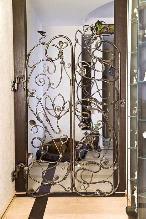 Входная металлическая дверь поможет оригинально и современно перевоплотить внешний вид загородного дома.