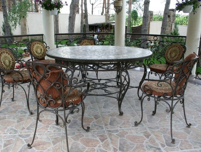 Кованую мебель можно использовать не только в помещениях.
