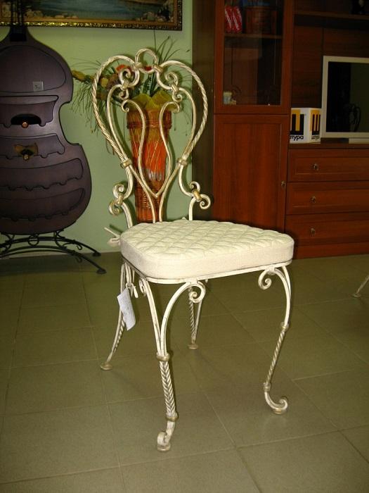 Кованый стул в аристократическом стиле.