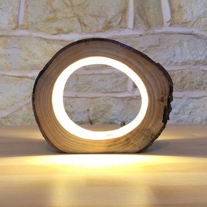 Оригинальный напольный светильник из обработанного деревянного спила.