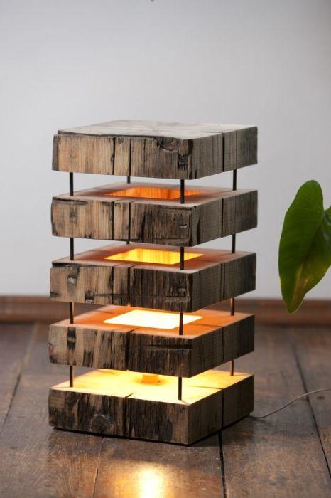 Небольшой напольный светильник из дерева, выполненный  в рустикальном стиле.
