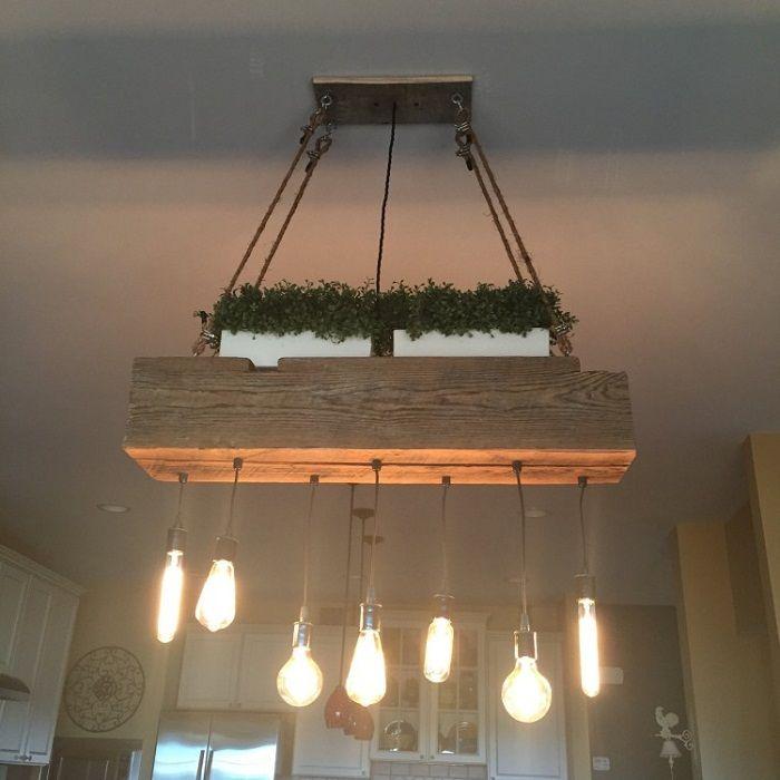 Эксклюзивная подвесная деревянная люстра в сочетании с прямоугольными цветочными горшками.