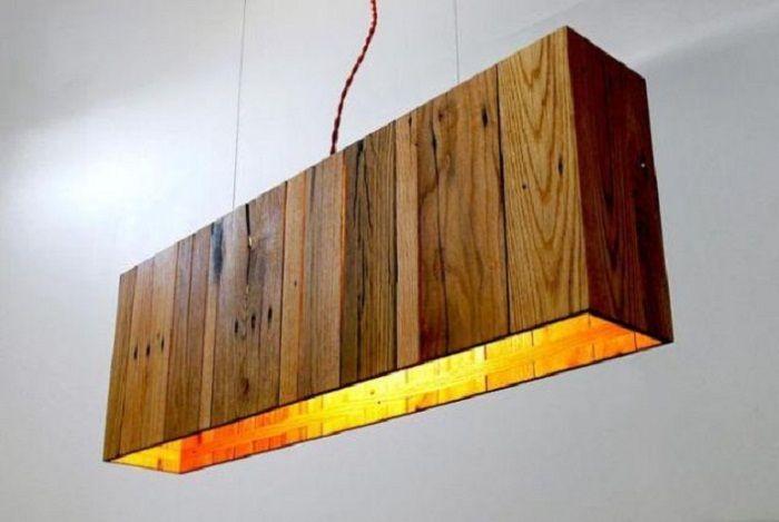 Креативная подвесная люстра из специально обработанных частей деревянного поддона.