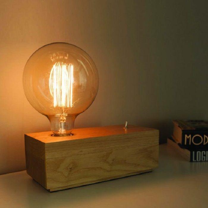 Настольный блок-светильник с металлическим выключателем и нестандартной лампой накаливания.