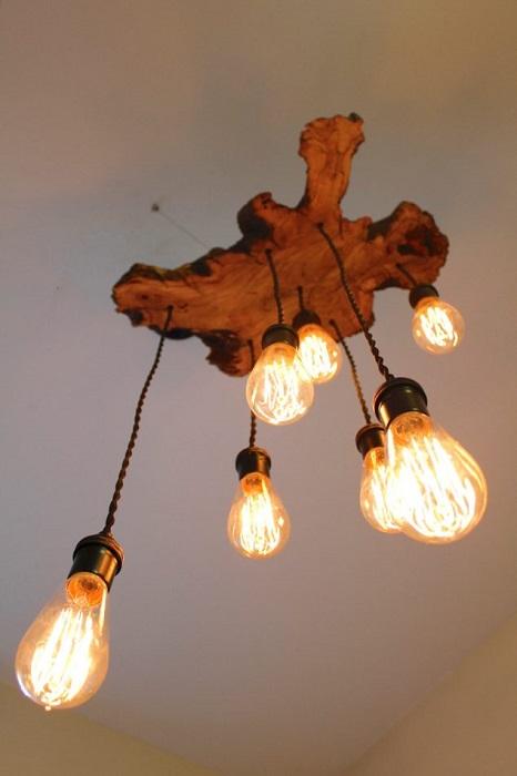 Подвесная люстра из деревянного слэба для уникального и уютного современного интерьера.
