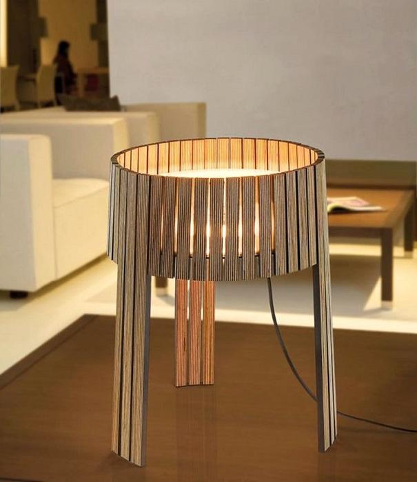 Оригинальная настольная лампа округлой формы из упорядоченных деревянных планок.