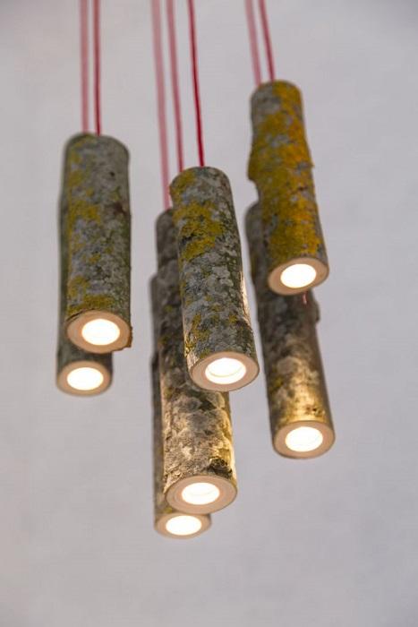 Подвесной светильник из веток для просторного помещения с высоким потолком.