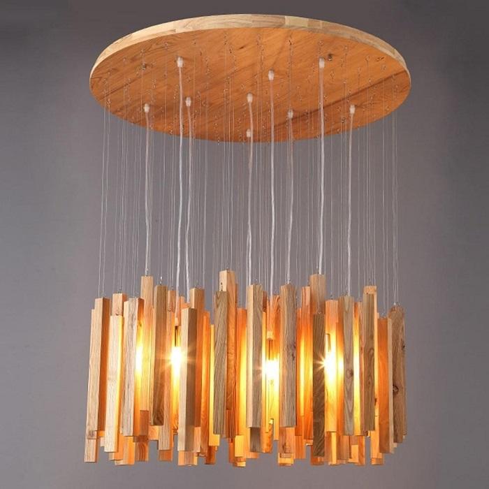 Люстра для гостиной из брусочков натурального дерева и светодиодных элементов.