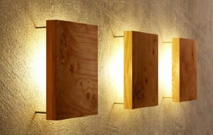 Настенные светильники-бра в виде деревянных квадратов для любителей минимализма.