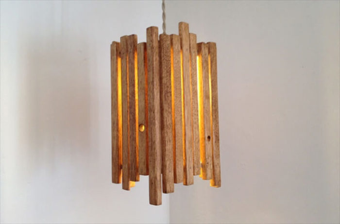 Небольшой подвесной светильник из натурального дерева с необычным дизайном.