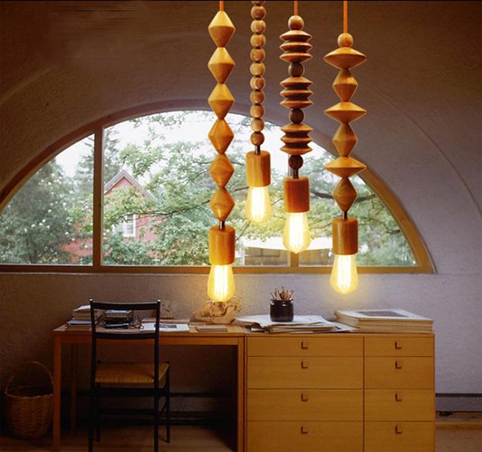 Необычная подвесная лампа из натурального материала, выполненная в виде деревянных бусин.