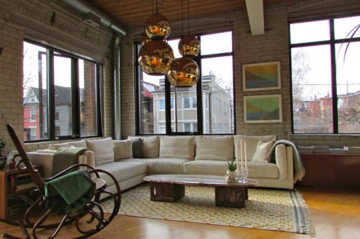 Деревянное кресло-качалка, которое может стать универсальным предметом мебели.