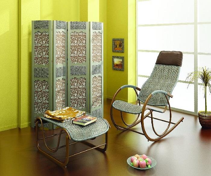 Простое плетенное кресло-качалка, которое станет украшением любого интерьера.