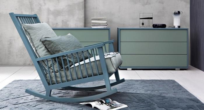 Кресло-качалка, которое можно сделать из старой деревянной детской кроватки.