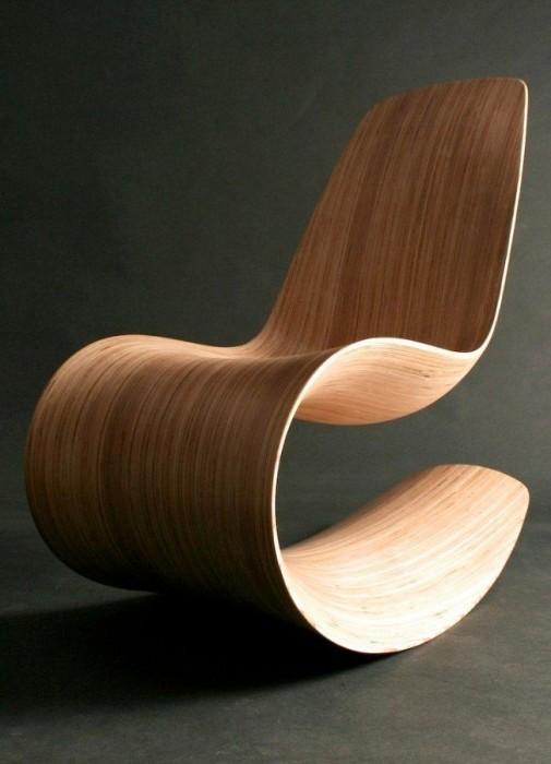 Простое, но в тоже время оригинальное кресло-качалка из цельного массива древесины.
