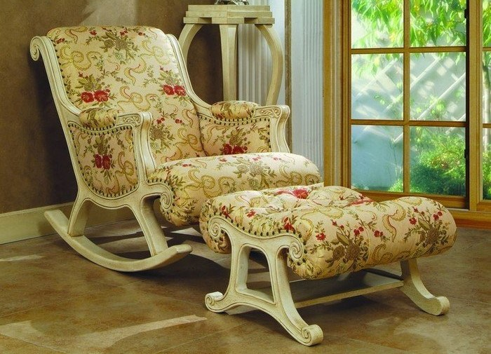 Кресло-качалка в аристократическом стиле.