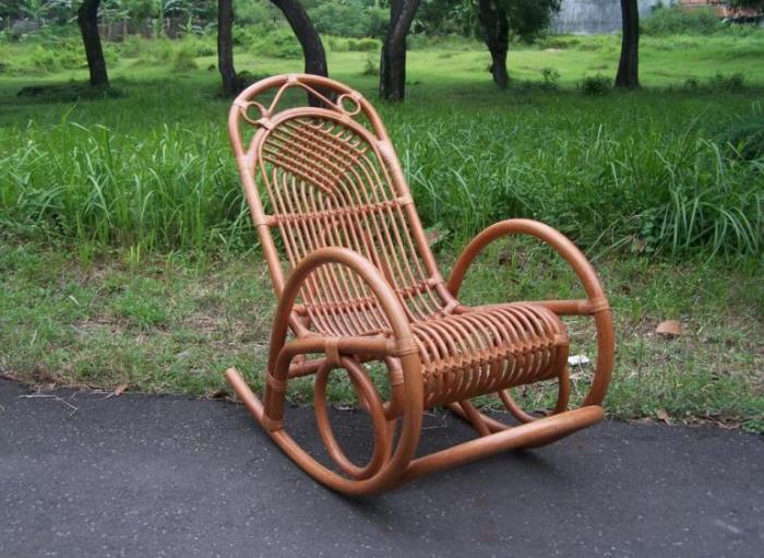 Плетённое кресло-качалка для дачного участка.
