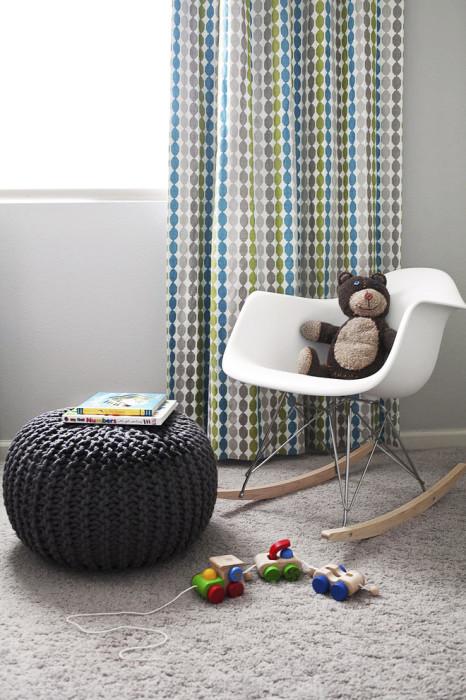 Кресло-качалка из старого пластикового сидения, металлических пластин и деревянных ножек.