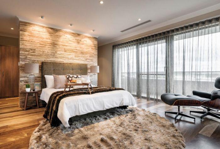 Декоративный камень в интерьере спальной комнаты способствует созданию особой атмосферы и уюта.