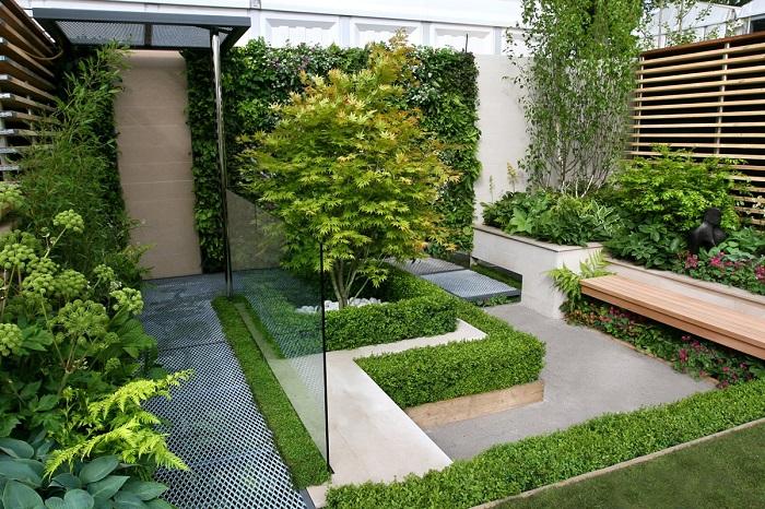 При создании современного ландшафтного дизайна небольшой лужайки можно использовать основные правила зрительного увеличения пространства.