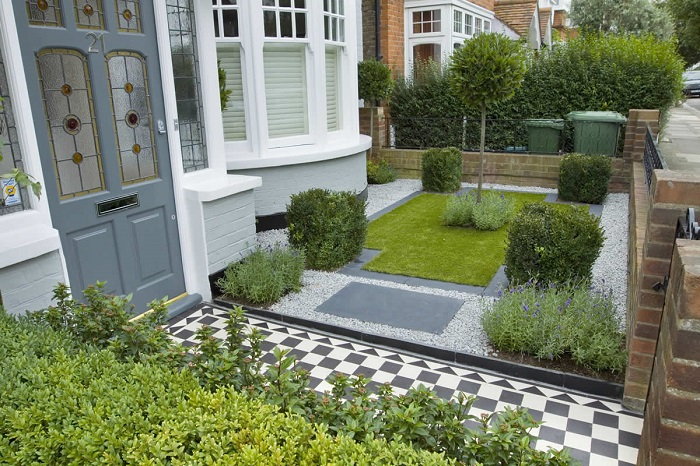 С помощью цветов и растений на маленьком дачном участке можно создать удивительную композицию.