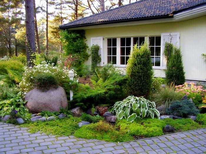 Мини-альпийская горка в саду - идеальное решение для тех, кто мечтает создать настоящий райский уголок.