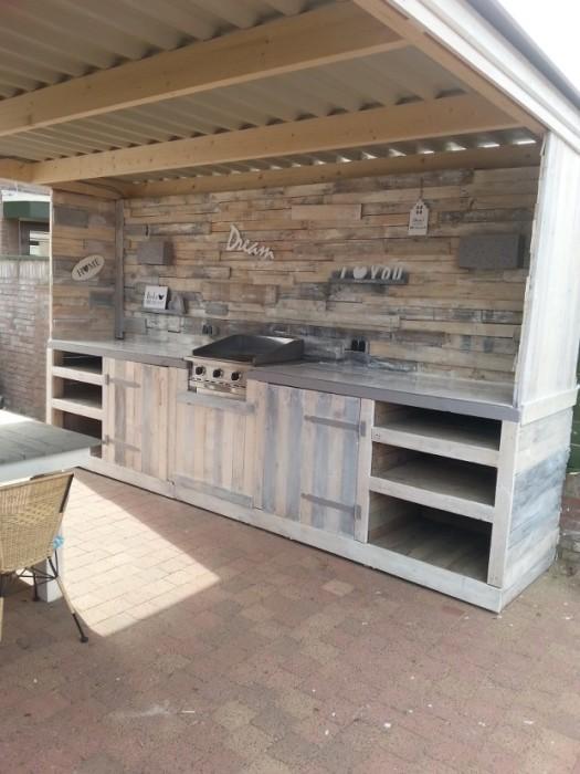 Деревенский стиль отлично подойдет для обустройства современной летней кухни, которая призвана стать изюминкой дачного участка.