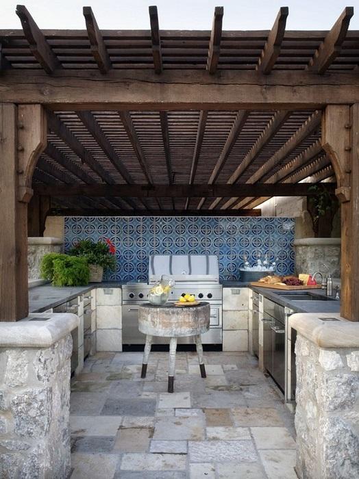 Смелый и современный эклектичный интерьер летней кухни с разнообразием принтов и цветов.