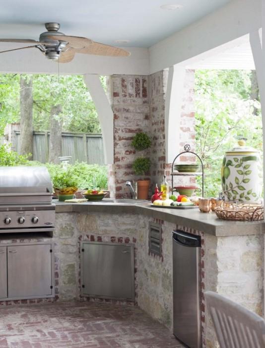 Кирпичные стены, грубая штукатурка, нержавеющий металл – все это отлично впишется в дизайн летней кухни в стиле лофт.