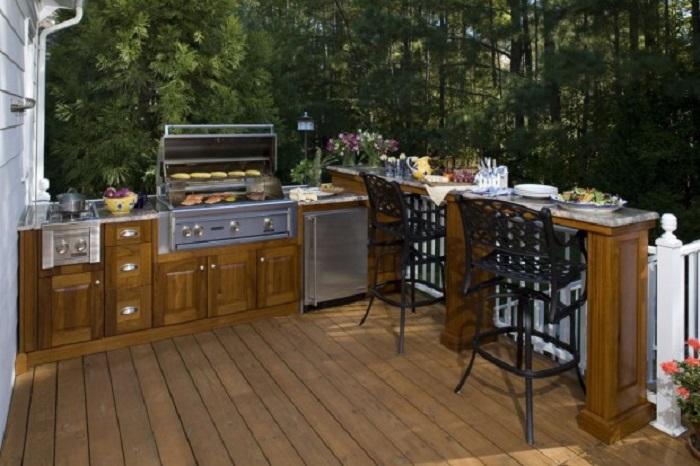 Общие стилистические штрихи в интерьере летней кухни – важный элемент в проектировании, который поможет создать маленький райский уголок.