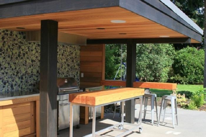 Для оформления современной летней кухни важно использовать натуральные материалы.