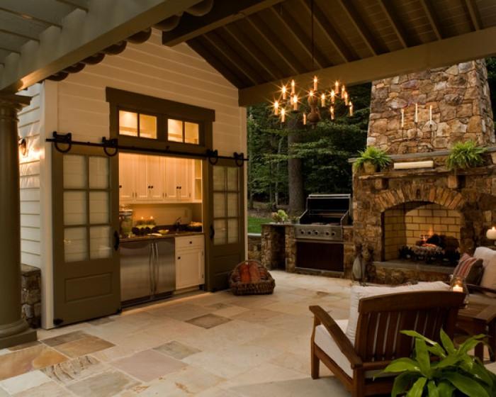 Летняя кухня для загородного дома, которая соответствует общему дизайну и стилю всего участка.
