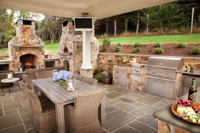 Современный интерьер летней кухни, в которой отдых на дачном участке можно легко превратить в сказочное и незабываемое путешествие.