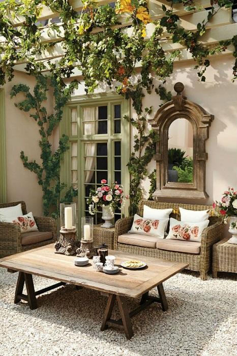 Комфортабельная современная летняя кухня с каменным полом, дорогим шерстяным ковром, мягкими диванами, журнальным столиком и тёплой атмосферой станет любимым местом для семейного отдыха.