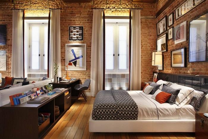 Интерьер спальни в стиле лофт, которая похожа на переоборудованное складское помещение.