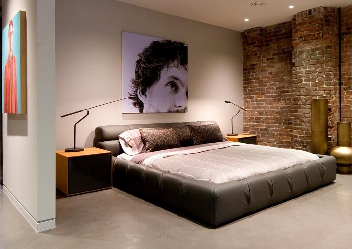 Простой интерьер спальни, который способствует максимальной релаксации.