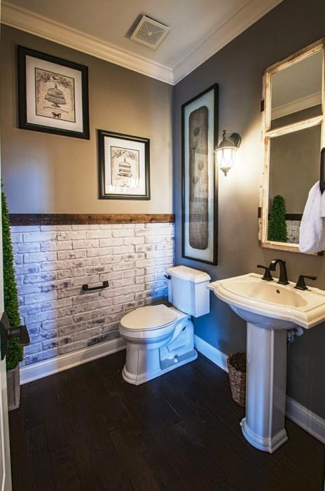 Кирпичная кладка придаёт интерьеру ванной комнаты важные черты индустриального стиля.