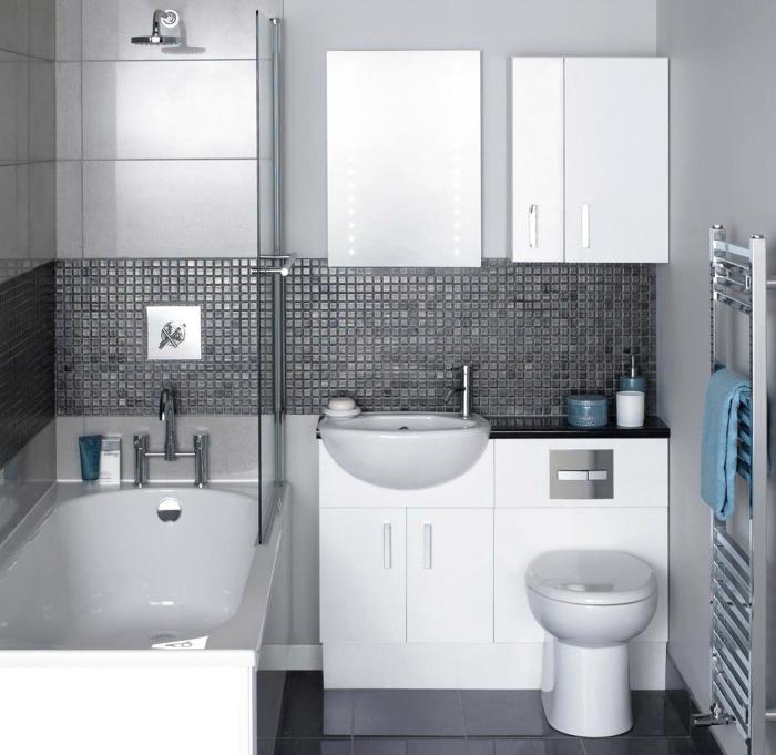 Небольшая ванная комната, изюминкой которой стала стильная плитка серого цвета.