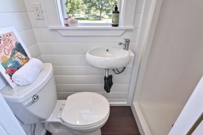 Малогабаритный санузел, в которой есть только туалет и раковина.