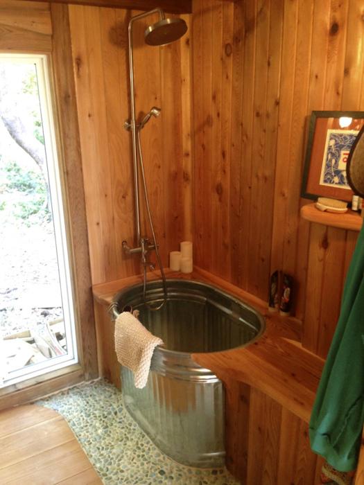 Роскошная ванная комната с дорогой деревянной отделкой.