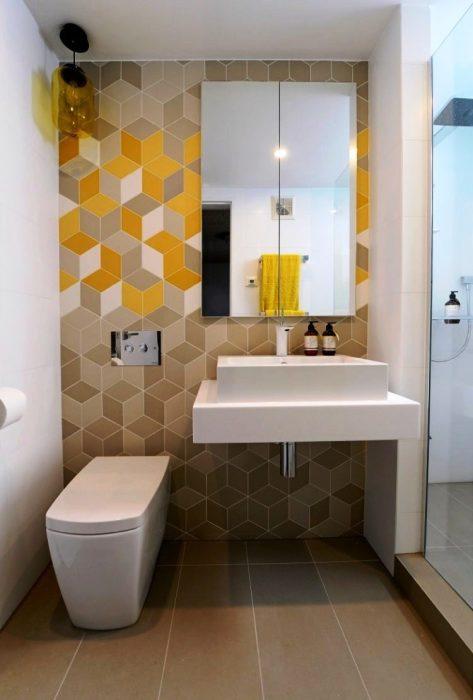 Отличный пример, как организовать стильное и функциональное пространство в небольшой ванной комнате.