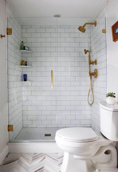 Прозрачная перегородка из стекла поможет визуально расширить пространство малогабаритной ванной комнаты.