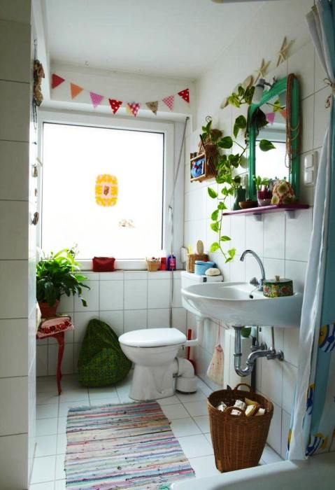 Светлые и зеленые оттенки в интерьере ванной комнаты помогут успокоить нервы и расслабиться.